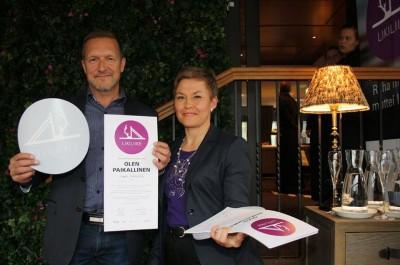 Rovaniemen yrittäjänaisten puheenjohtaja Kerttu Helynen sai kunnian ojentaa kaikkien aikojen ensimmäisen Likiliike-sertifikaatin Esa Auerille.